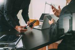 réunion de fonctionnement de Co, homme d'affaires deux utilisant le casque de VOIP avec le latop Image stock