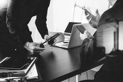 réunion de fonctionnement de Co, homme d'affaires deux utilisant le casque de VOIP avec le latop Photo libre de droits