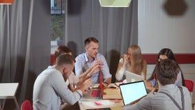 Réunion de fonctionnement de six jeunes spécialistes dans le secteur de Co-travail clips vidéos