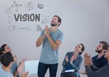 Réunion de groupe se reposant en cercle devant des graphiques des textes de vision Photos stock