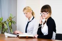 Réunion de jeunes dames d'affaires Photos stock
