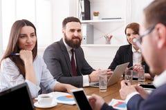 Réunion de la société d'affaires Patron avec des employés écoutant le rapport blanc de bureau de durée de fond d'image 3d Photo libre de droits