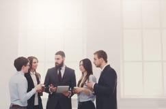 Réunion de la société dans le bureau, gens d'affaires avec l'espace de copie Photographie stock