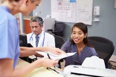 Réunion de personnel médical à la station d'infirmières photographie stock