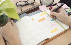 Réunion de planificateur de calendrier d'affaires sur le bureau de bureau Photo stock