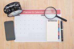Réunion de planificateur de calendrier d'affaires sur le bureau de bureau Photos stock
