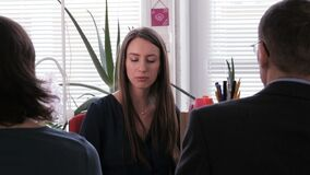 Réunion de projet - une femme d'affaires met un homme d'affaires dans son endroit