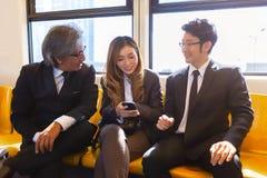 Réunion de société commerciale sur des impas de public de système de transport de skytrain photographie stock