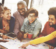 Réunion de travail d'équipe faisant un brainstorm le concept social de communication images libres de droits