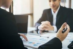 Réunion de travail d'équipe d'hommes d'affaires pour discuter l'investissement photos stock
