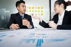 Réunion de travail d'équipe d'hommes d'affaires pour discuter l'investissement photo stock