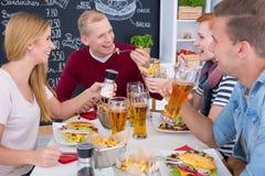 Réunion des amis à la table Photo stock