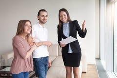Réunion des couples et de l'agent immobilier, visionnement plat, apprécier beau Photos libres de droits