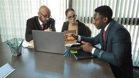Réunion des investisseurs multiraciaux pour discuter le projet principal dans le mouvement lent banque de vidéos