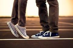 Réunion des jambes entre deux amants Photos libres de droits