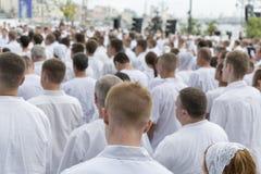 Réunion des personnes dans des vêtements blancs Photographie stock