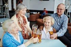 Réunion des personnes supérieures dans le bar Photo libre de droits