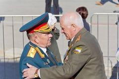 Réunion des vieux amis de général et de colonel sur la célébration sur Ann Photos stock