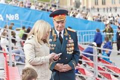 Réunion des vieux amis sur la célébration sur Victory Day annuelle, mai Image stock