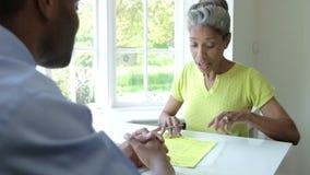 Réunion femelle noire mûre avec le conseiller financier à la maison banque de vidéos