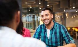 Réunion heureuse d'homme avec des amis au restaurant Photos libres de droits