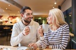 Réunion heureuse de couples et thé ou café potable Image libre de droits