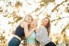 Réunion heureuse de deux amis étreignant dans la rue Photos libres de droits
