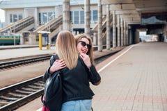 Réunion heureuse de deux amis étreignant dans la rue Image stock