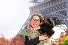 Réunion heureuse des amis étreignant à la rue de Paris Photo libre de droits