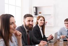 Réunion réussie d'équipe d'affaires au bureau blanc de bureau de durée de fond d'image 3d Photos libres de droits