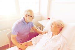 Réunion supérieure de couples à la salle d'hôpital Photos libres de droits