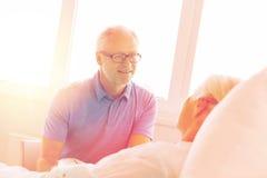 Réunion supérieure de couples à la salle d'hôpital Photographie stock libre de droits