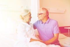 Réunion supérieure de couples à la salle d'hôpital Images libres de droits