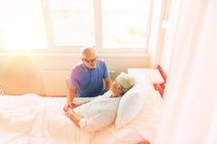 Réunion supérieure de couples à la salle d'hôpital Images stock