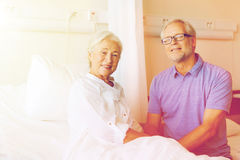 Réunion supérieure de couples à la salle d'hôpital Photo stock
