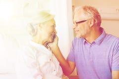 Réunion supérieure de couples à la salle d'hôpital Photos stock