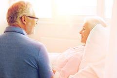 Réunion supérieure de couples à la salle d'hôpital Image libre de droits