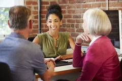 Réunion supérieure de couples avec le conseiller financier dans le bureau Image stock