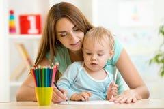 Réunir et peinture d'enfant de mère et d'enfant en bas âge images stock