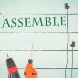 Réunissez contre des outils sur le fond en bois illustration stock