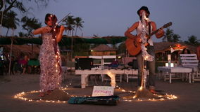 Réunissez jouer à la plage sablonneuse dans Goa dans la nuit banque de vidéos