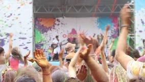Réunissez jouer la chanson sur l'étape, les gens appréciant la musique au festival banque de vidéos