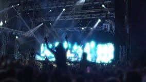 Réunissez les fans saluant leurs idoles de musique au concert, applaudissant aux interprètes banque de vidéos