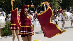 Réunissez les filles de marche dans les drapeaux uniformes de petit morceau de danse Image stock