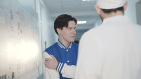 Réunissez-vous entre le docteur et le patient malade dans l'hôpital 4K banque de vidéos