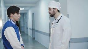 Réunissez-vous entre le docteur et le patient malade dans l'hôpital 4K clips vidéos