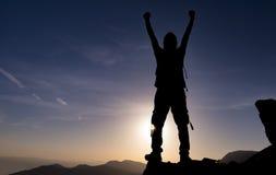 Réussi, déterminé et déterminé Aide d'alpinisme sur les roches photos stock