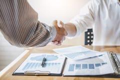 Réussi des hommes d'affaires poignée de main et hommes d'affaires après la discussion de la bonne affaire du contrat de commerce, photographie stock libre de droits