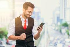 Réussite d'affaires ou bonnes nouvelles de smartphone photographie stock libre de droits