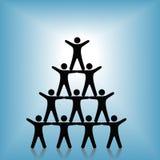 Réussite de travail d'équipe de groupe de pyramide de gens sur le bleu